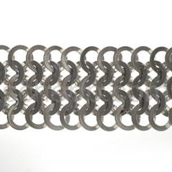 Gliederarmband aus ineinander gehängten Ösen