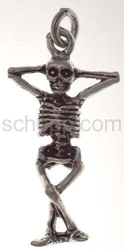 Anhänger, Skelett mit übereinander geschlagenen Beinen
