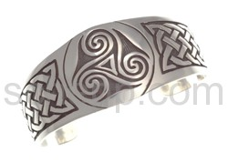 Armspange, keltisches Knotenmuster und Triskele