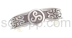 Armspange mit Triskele und keltischem Knotenmuster