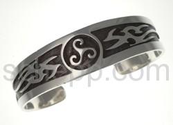 Armspange mit Triskele und Tribal-Ornamenten